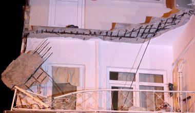 Zeytinburnu'nda balkon çökmesi nedeniyle bir araç zarar gördü