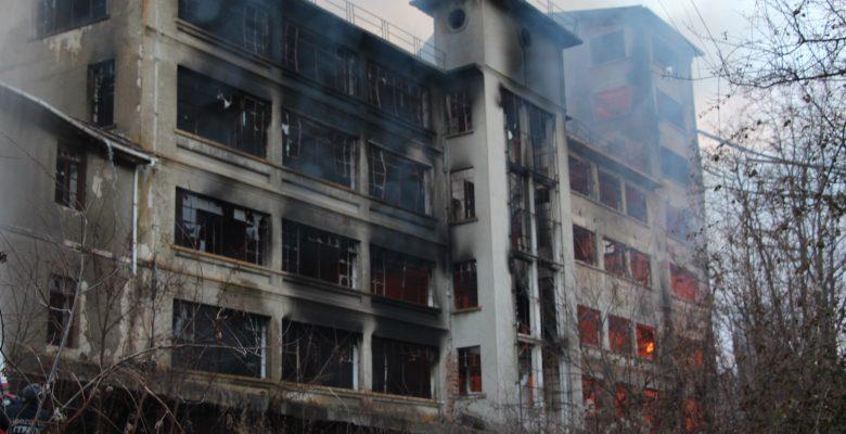 Eski un fabrikasında çıkan yangın 3 saatte söndürüldü