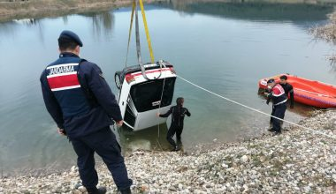 Gölete düşen otomobildeki çift hayatını kaybetti