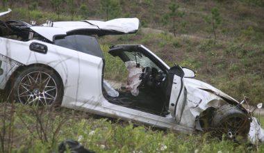 Bariyerlere çarparak devrilen otomobilin sürücüsü öldü