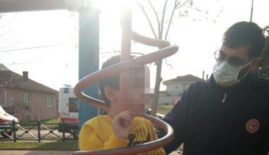 Parkta demir oyuncakta sıkıştı… İtfaiye ekipleri kurtardı