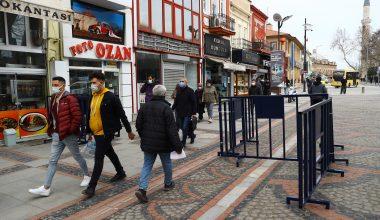 """Edirne'de caddelerde """"4 metrekareye 1 kişi"""" kuralı…"""
