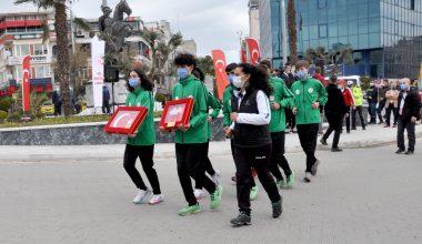 Cumhurbaşkanı Erdoğan'a 18 Mart'ta sunulacak toprak, deniz suyu ve Türk bayrağını gençler taşıyor