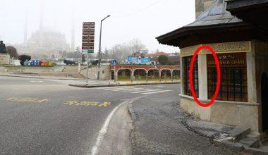 Turizm danışma ofisinin duvarındaki sprey boya kalıntıları görevlilerce silindi