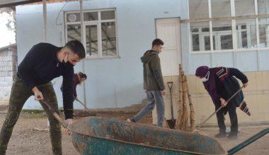 Okul bahçesini imeceyle temizlediler