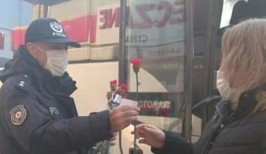 Polis ekipleri Kadınlar Günü dolayısıyla karanfil dağıttı