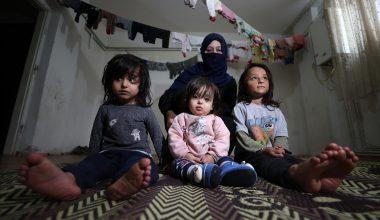 Savaşta yüzü yanan küçük Latife aynaya mutlu bakmak istiyor
