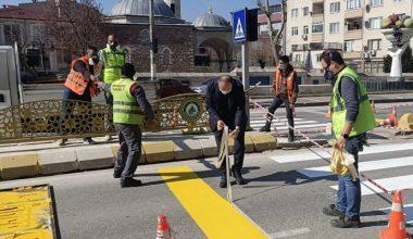 """Vali Canalp, """"30 Mart'ta kırmızı çizgimizi çekiyoruz"""" dedi, çizgi çizen ekibe yardım etti"""