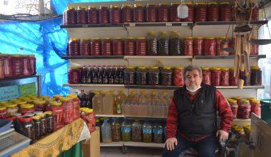 Yöresel ürünler sattığı dükkanında baba yadigarı eski eşyaları sergiliyor