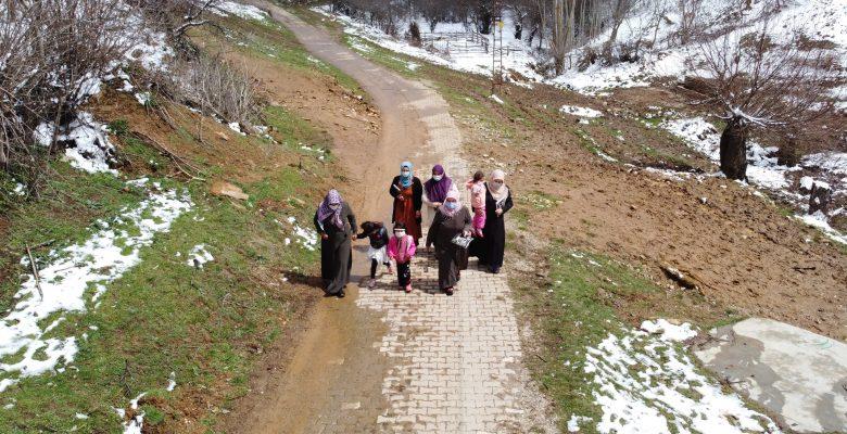 Köyde yaşayan kadınlar, okuma yazma öğrenmek için seferber oldu