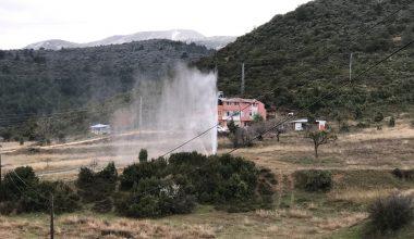 Patlayan boru nedeniyle su metrelerce yükseğe çıktı