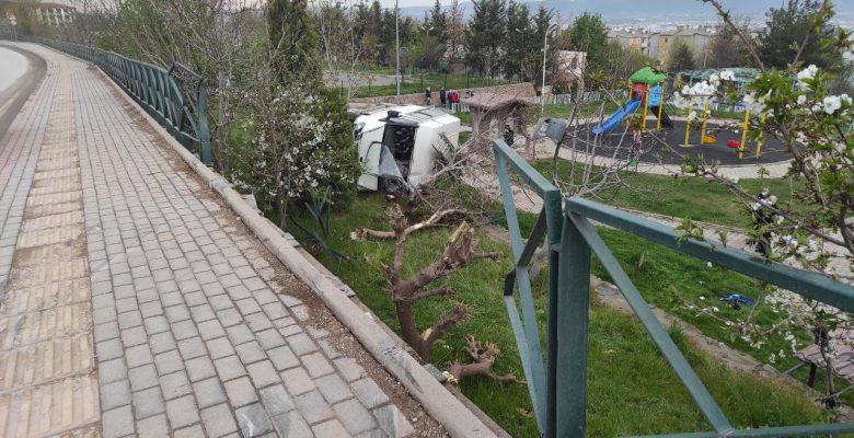 Bursa'da minibüs refüje çarptıktan sonra parka devrildi: 4 yaralı