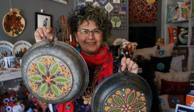 Eski bakır süzgeçleri motiflerle işleyip sanat eserine dönüştürüyor