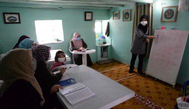 Okuma yazma öğretmek için köy köy dolaşıyor