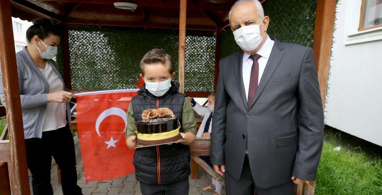Vali'den 23 Nisan doğumlu öğrencilere pasta sürprizi