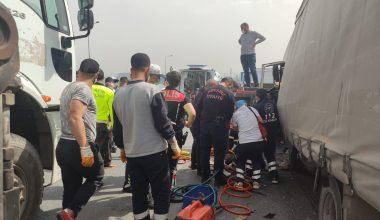 Tıra çarpan kargo kamyonunun sürücüsü ağır yaralandı
