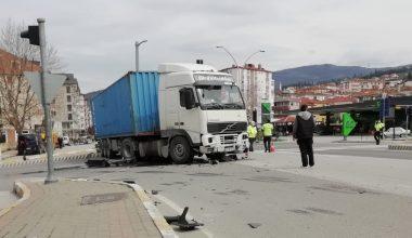 Trafik ışıklarına çarpan tırın sürücüsü yaralandı