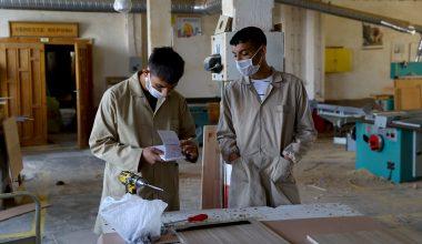 Liseliler üretimleriyle ihtiyaç sahibi ailelere yardım ediyor