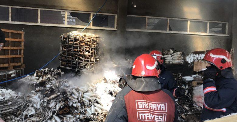 Sakarya'da izolasyon malzemelerinin bulunduğu depoda çıkan yangın söndürüldü