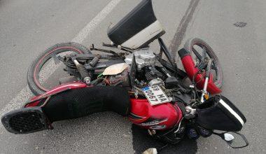 Otomobilin çarptığı motosikletteki baba oğul yaralandı
