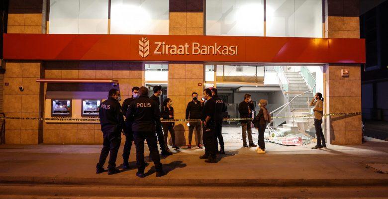 Çarpışması sonucu araçlardan biri bankaya girdi
