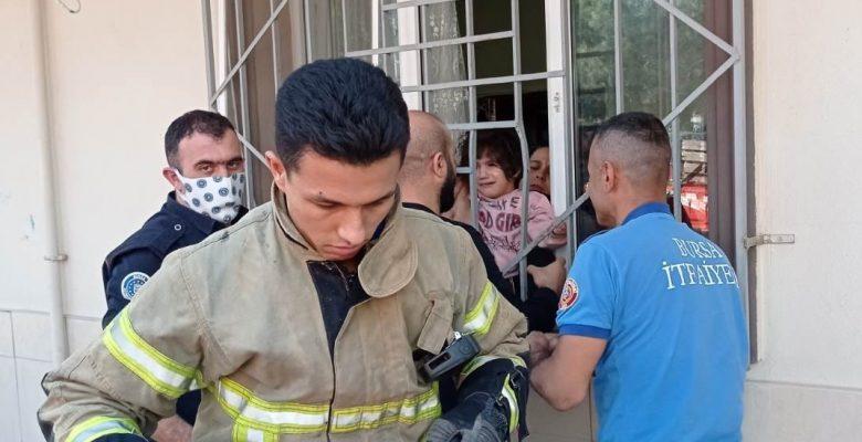 Bursa'da evde oyun oynarken başı pencere korkuluklarına sıkışan çocuğu itfaiye kurtardı