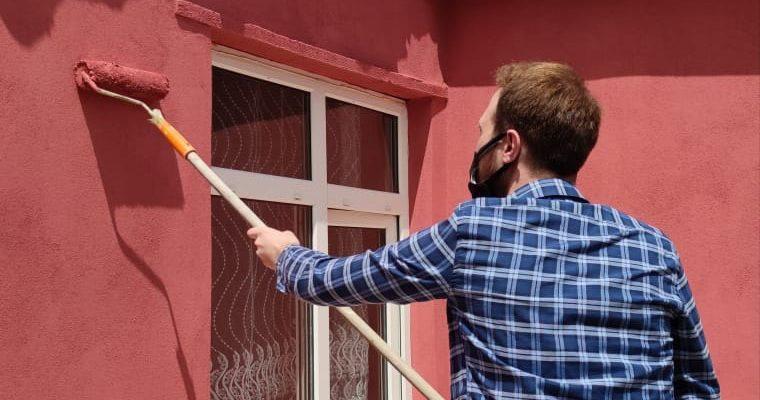 AK Partili gençler engelli vatandaşın evini boyadı