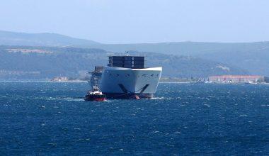 İtalya'ya götürülen gemi parçası Çanakkale Boğazı'ndan geçirildi