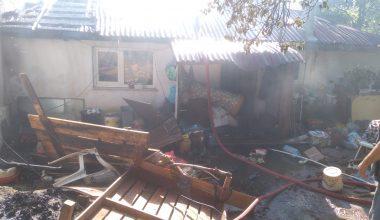 Yangın sonucu ev ve ağıl kullanılamaz hale geldi