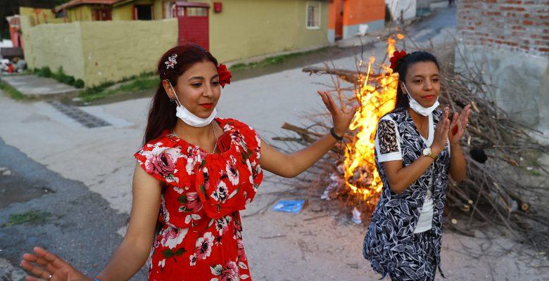 Romanlar Kakava'yı evlerinin önünde ateş yakıp dans ederek kutladı