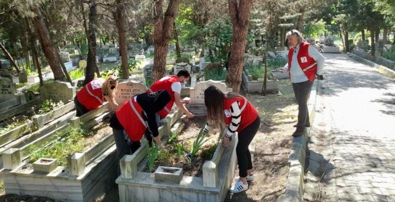 Kabir ziyareti yapamayanlar için mezarlıkları temizleyerek dua ettiler