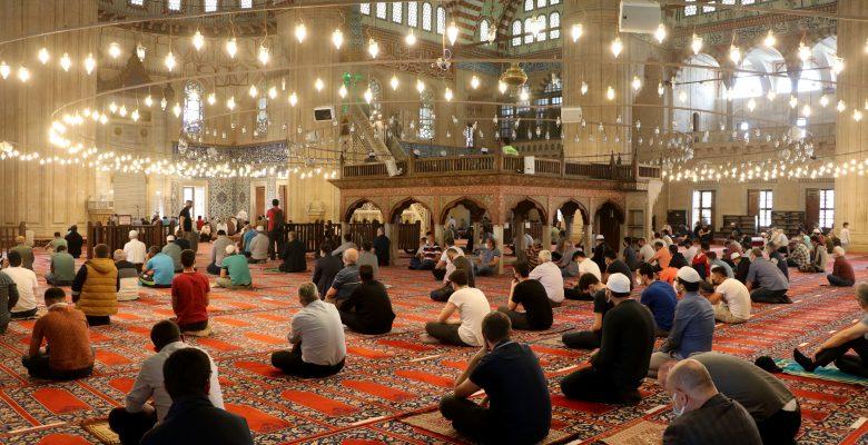 Ramazanın son Cuma namazı Kovid-19 tedbirleri kapsamında kılındı