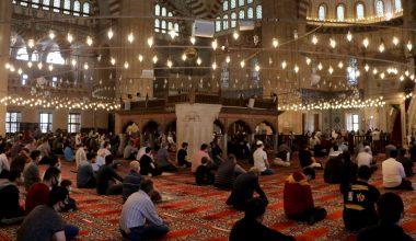 Vatandaşlar Cuma namazını evlerine en yakın camilerde kıldı