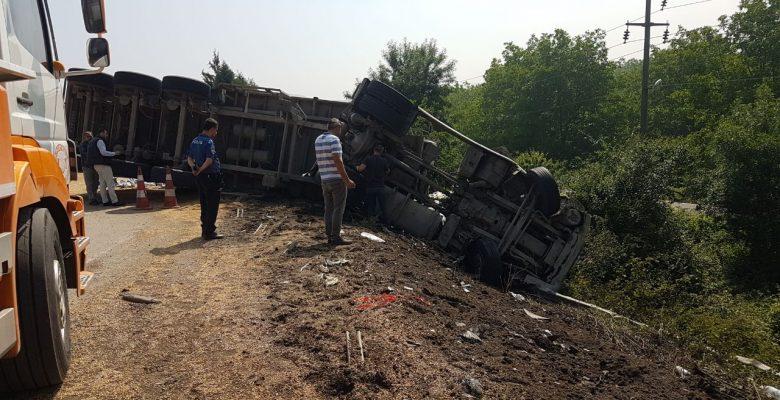 Anadolu Otoyolunda kaza! Tır devrildi