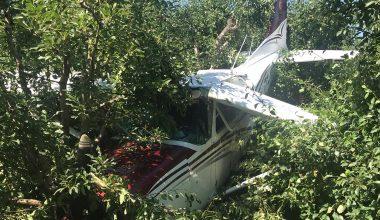 Eğitim uçağı bahçeye acil iniş yaptı