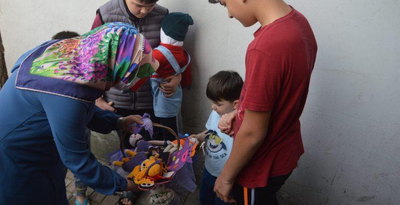 Elleriyle ördükleri amigurumi bebekleri yoksul çocuklara hediye ettiler