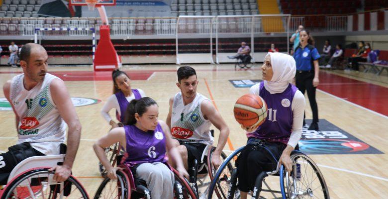 Tekerlekli sandalye basketbolunda kadın sporcularla mücadele ediyorlar