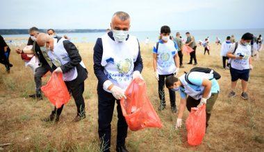 Çevre temizliğine dikkat çekebilmek için öğrencilerle çöp topladı