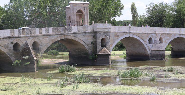 Edirne'de su seviyesi düşen nehirlerde adacıklar oluştu