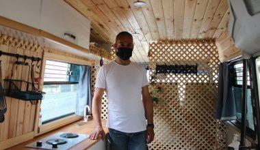 Satın aldığı minibüsü kendi çabalarıyla karavana dönüştürdü
