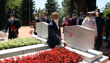 Şehit mezarlarına karanfil