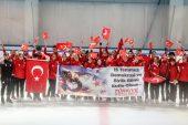 Milli artistik buz pateni sporcularından Türk bayraklarıyla anma