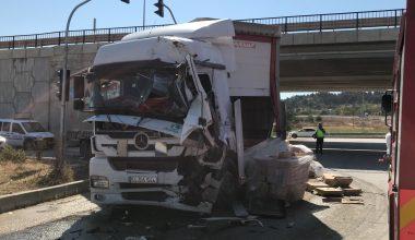 Çarpışan iki tırın sürücüleri yaralandı