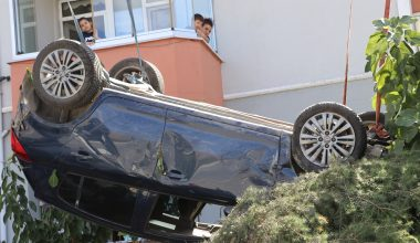 Apartmanın bahçesine devrilen otomobilin sürücüsü yaralandı
