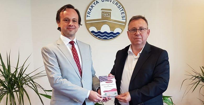Kitabını Rektör Tabakoğlu'na hediye etti