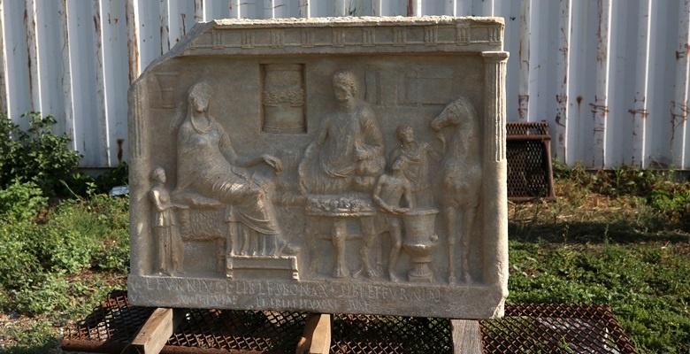 1900 yıllık mezar taşı dönem tarihine ışık tuttu