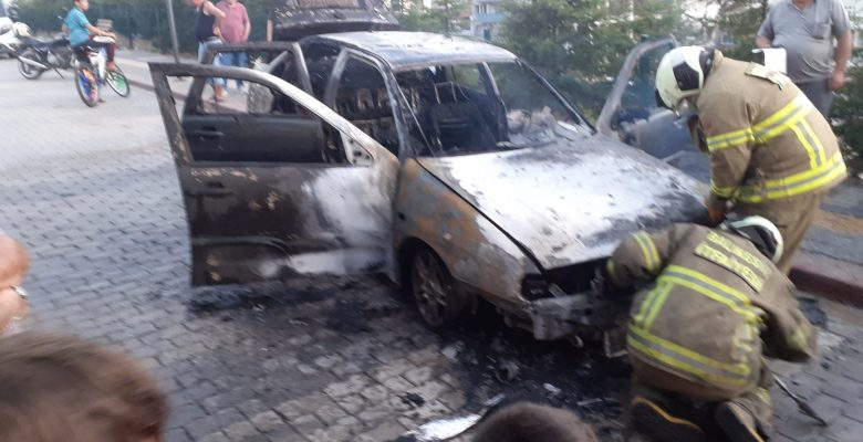 Balıkesir'de park halindeki otomobilde çıkan yangın söndürüldü