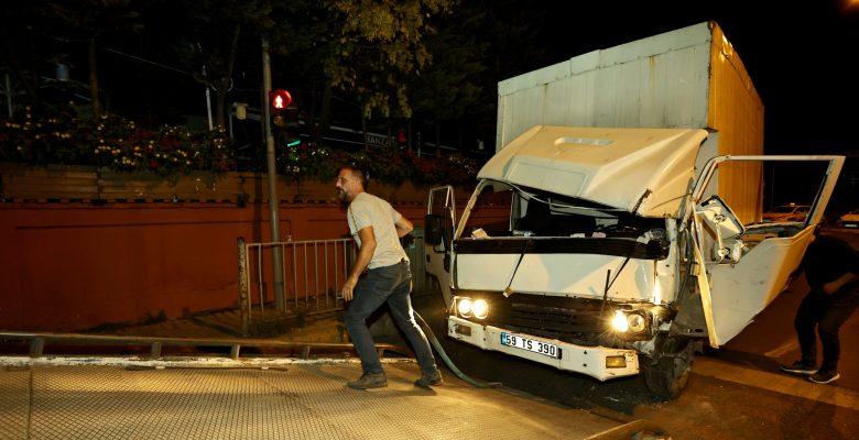 Ambulansla çarpışan kamyonetin sürücüsü yaralandı