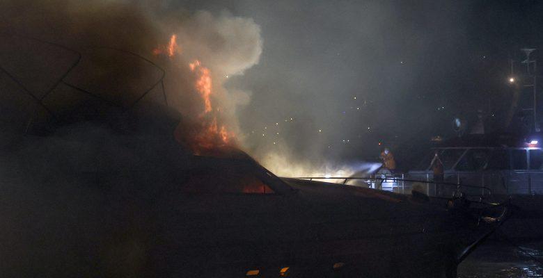Yangın çıkan tekne söndürme çalışmaları sırasında battı