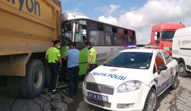 Midibüs kamyona çarptı: 1 yaralı
